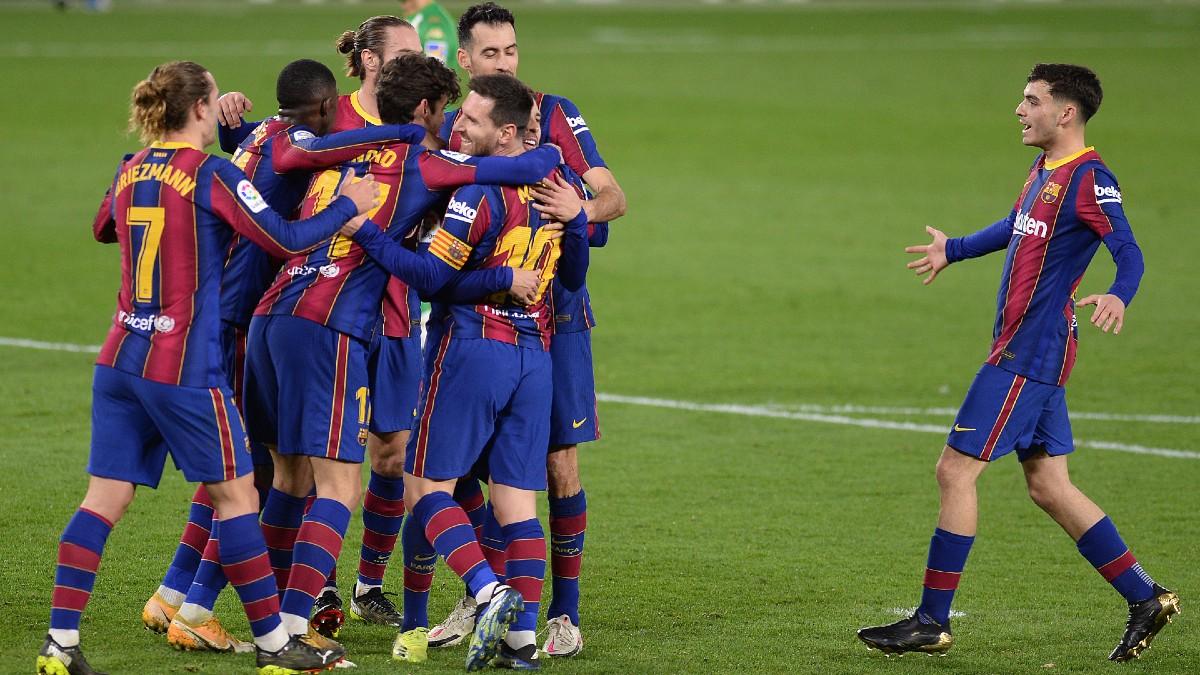 Los jugadores del Barcelona celebran un tanto en el Villamarín. (AFP)