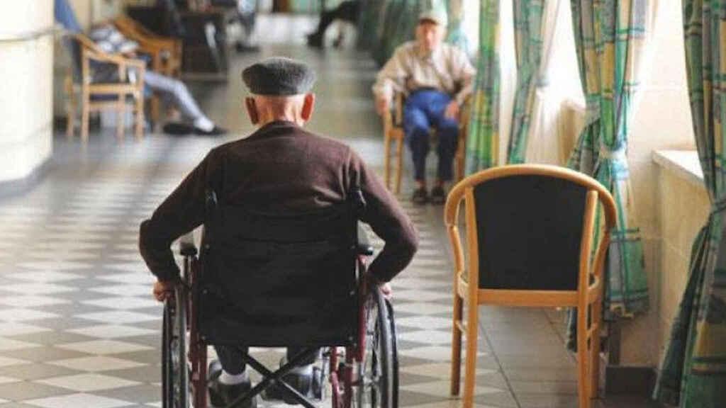 Dos ancianos en una residencia geriátrica.