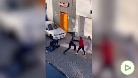 Dos agentes de la Policía local de Arrecife la emprenden a puñetazos con una pareja que grababa una detención