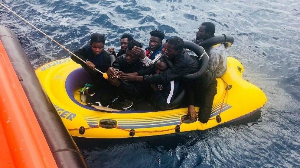 Inmigrantes ilegales rescatados de una patera.