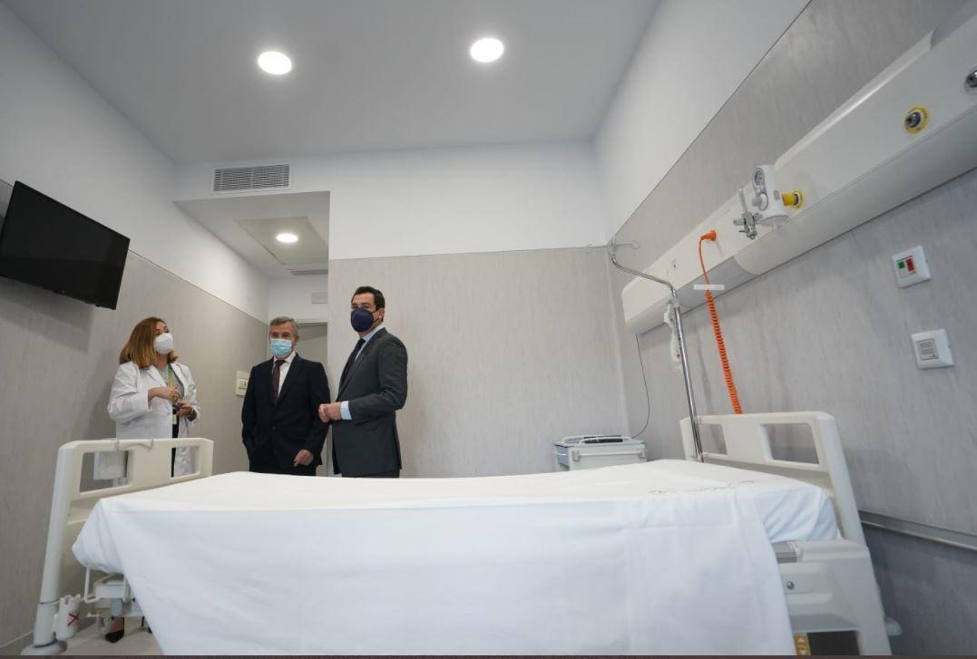 Visita del presidente de la Junta de Andalucía, Juanma Moreno, al Hospital de Estepona.