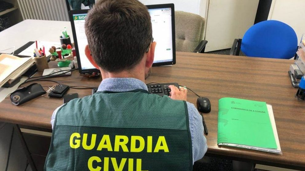 Un agente de la Guardia Civil remitiendo una nota de prensa.