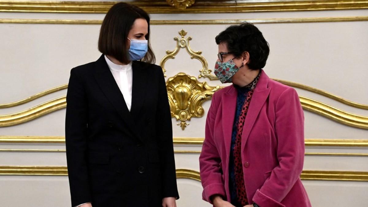 La ministra de Exteriores, Arancha González Laya, junto con la ministra de Estado para la Cooperación Internacional de Arabia Saudí, Reem al-Hashemy. Foto: AFP