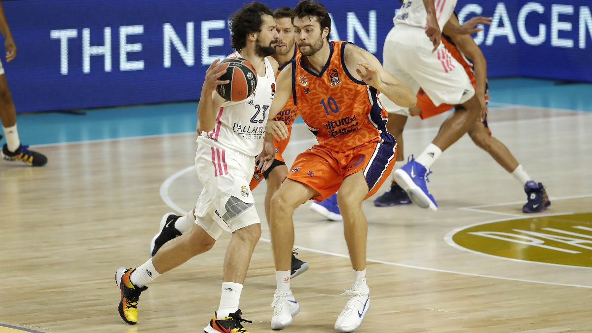 Sergio Llull y Mike Tobey durante el Real Madrid-Valencia Basket de Euroliga. (Getty)