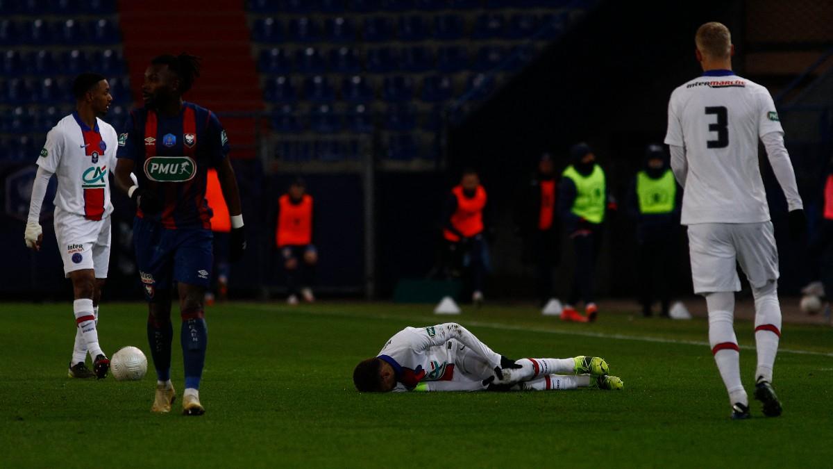 Neymar se lesiona a seis días de enfrentarse al Barcelona.