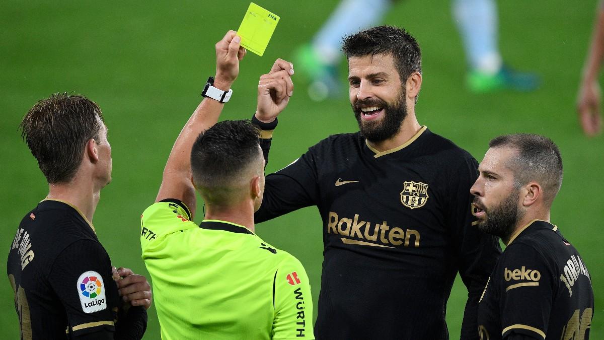 Piqué se mofa de una decisión arbitral en un partido del Barcelona. (Getty)