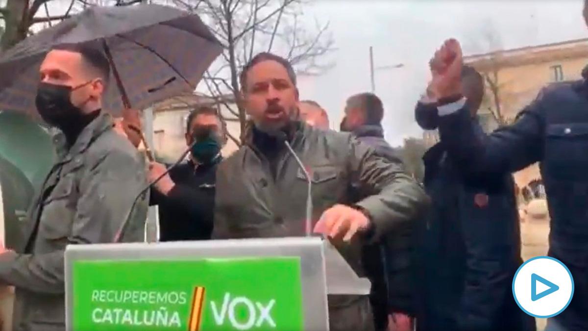 Lanzan objetos contra Abascal (Vox) durante un acto en Salt (Girona) REMITIDA / HANDOUT por VOX