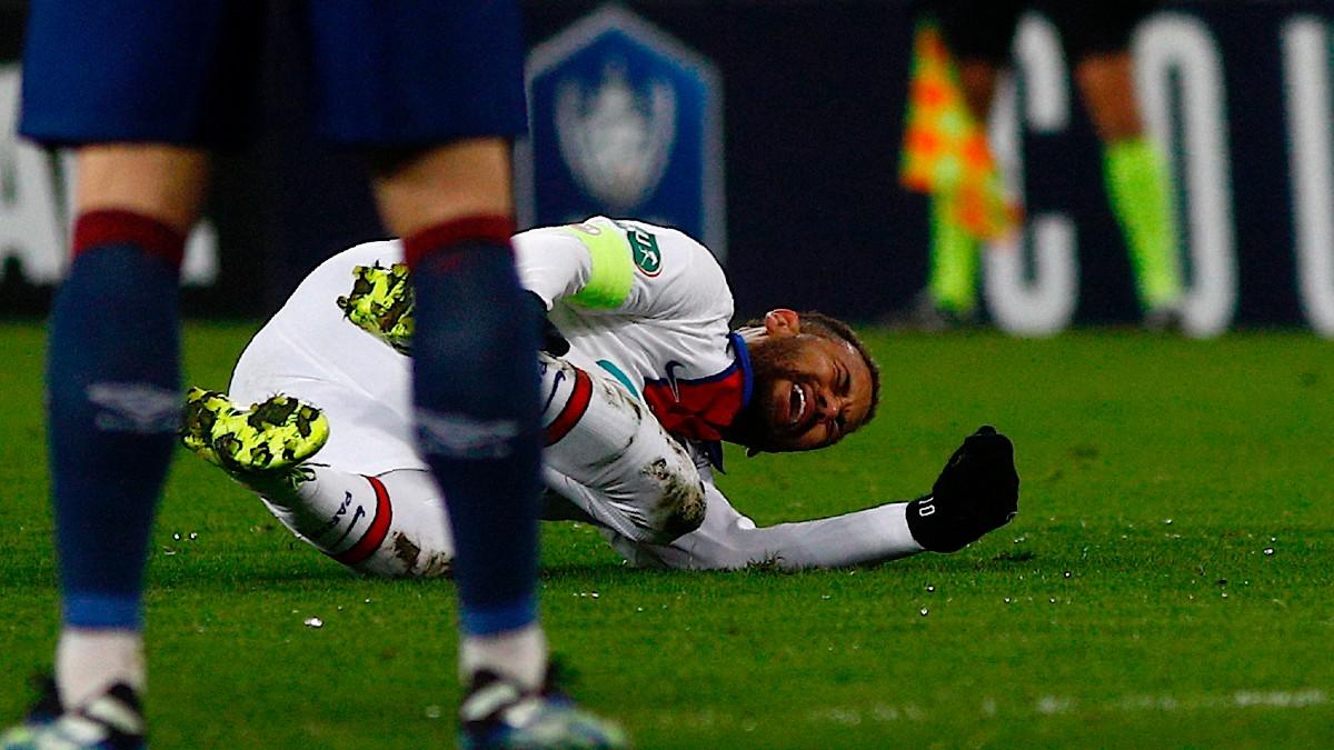 Neymar se duele en el partido contra el Caen. (AFP)
