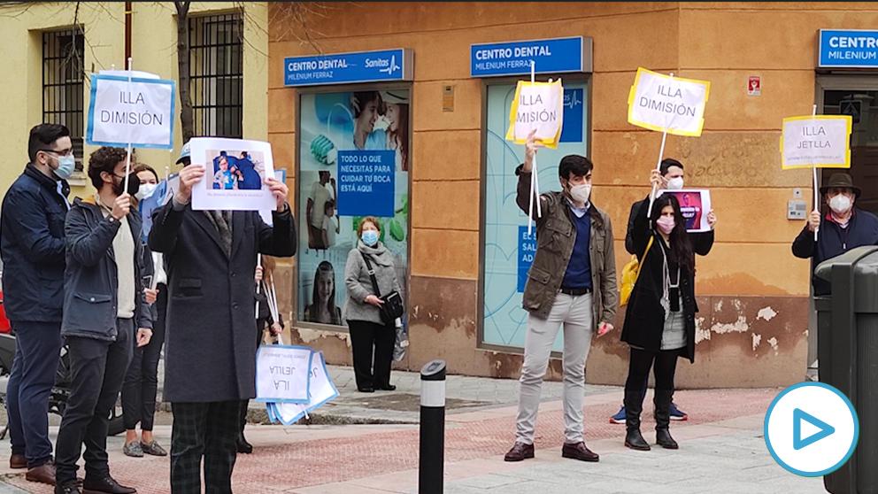 Un grupo de ciudadanos concentrados ante Ferraz para pedir la dimisión de Salvador Illa