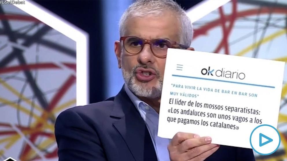 Carlos Carrizosa muestra una información de OKDIARIO durante el debate.