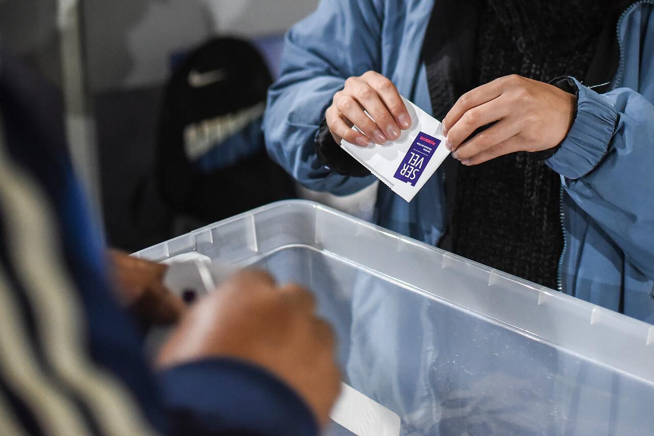 Persona ejerciendo su derecho al voto