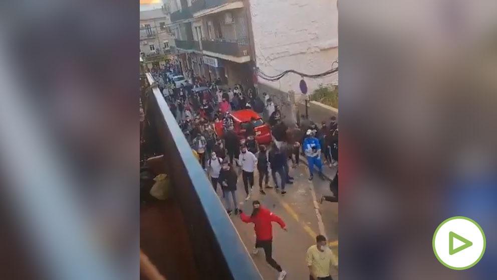 Tensión en la calles de Linares después de que dos policías agredieran a un hombre y su hija.