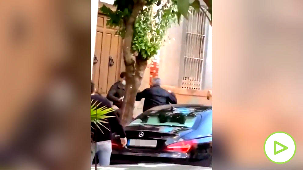 El momento en el que se ha producido la agresión, en una calle de Linares (Jaén).