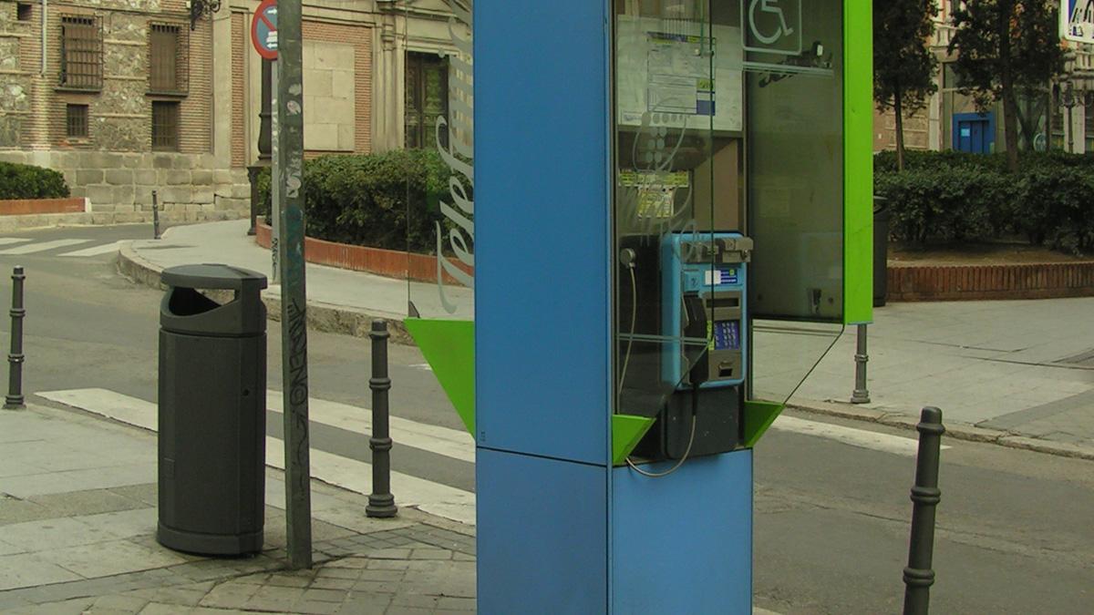 una cabina telefónica pública en un pueblo de España. Foto: CC