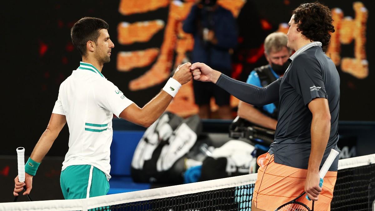 Djokovic y Raonic se saludan tras el partido. (Getty)