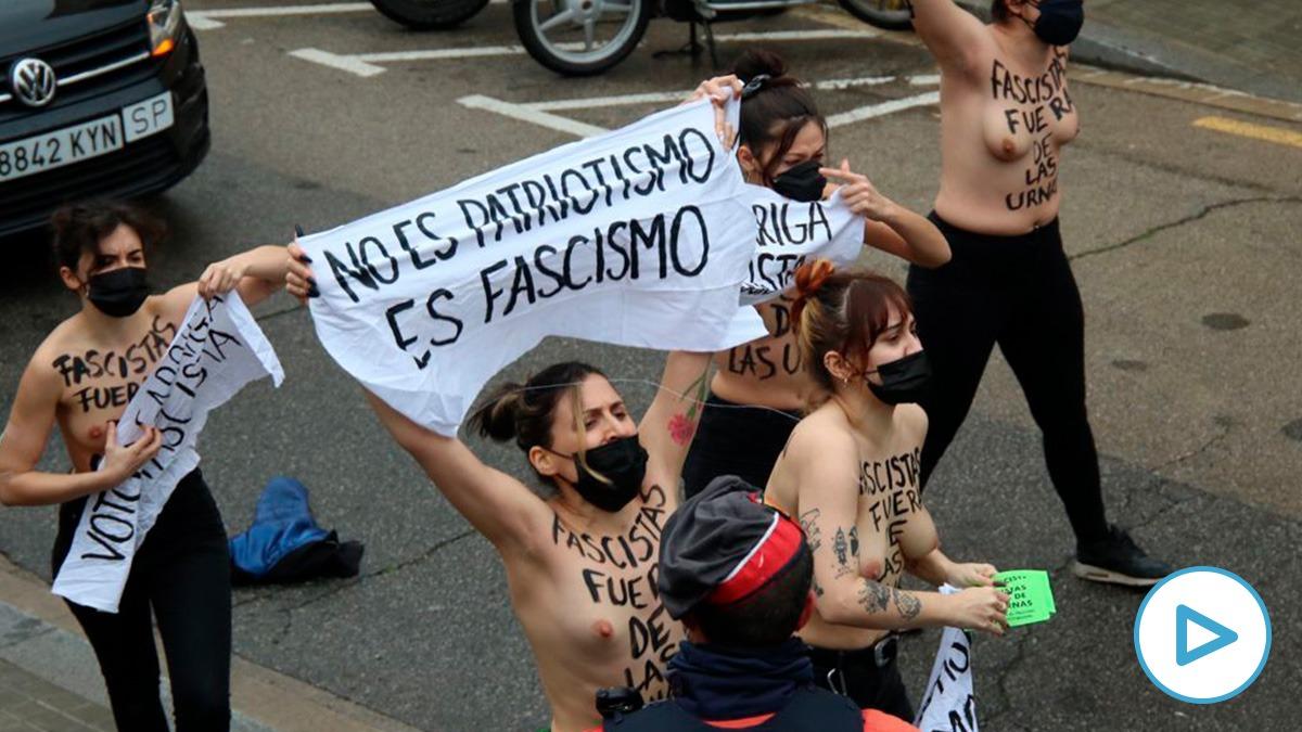 Activistas de Femen hostigando a Ignacio Garriga, candidato de Vox, en la puerta del colegio electoral. (Imagen: Edu Moreno)