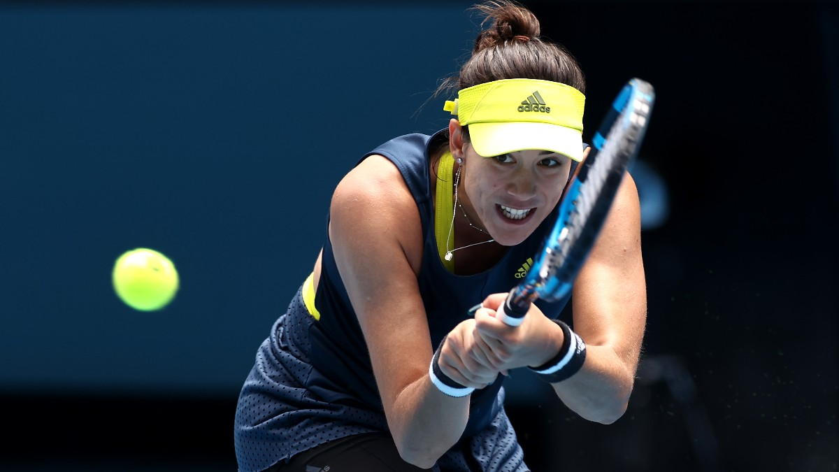 Garbiñe Muguruza golpea una bola ante Naomi Osaka en el Open de Australia. (Getty)
