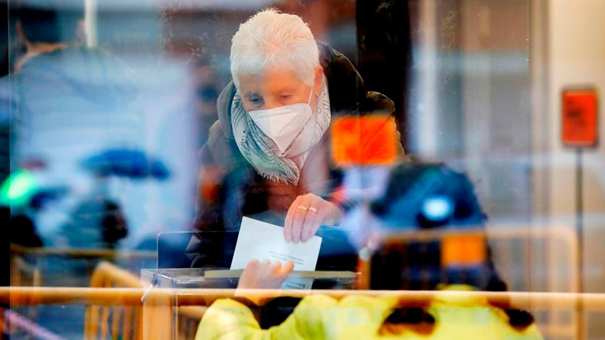 Una mujer vota en el colegio electoral Centre Cívic Nord durante la franja destinada a personas vulnerables en Igualada, Barcelona este domingo durante las elecciones autonómicas. Foto: EFE