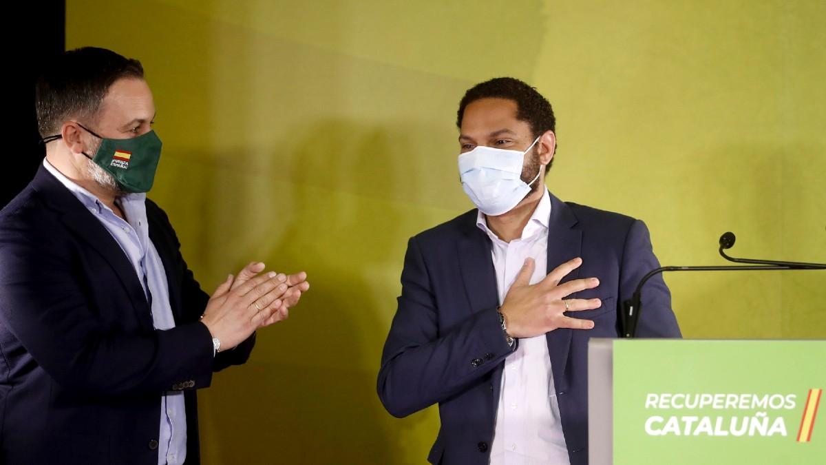 El candidato a la presidencia de la Generalitat por VOX, Ignacio Garriga (d), acompañado por el presidente del partido, Santiago Abascal, celebran los resultados obtenidos por la formación política en las elecciones autonómicas celebradas en Cataluña. (Foto: Efe)