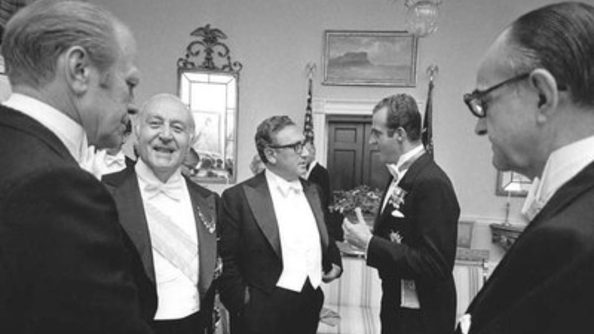 Gerald Ford, José María de Areilza, Henry Kissinger y Don Juan Carlos conversan en la Casa Blanca en 1976, bajo la mirada del embajador Wells Stabler. (Foto: Kissinger Archives)