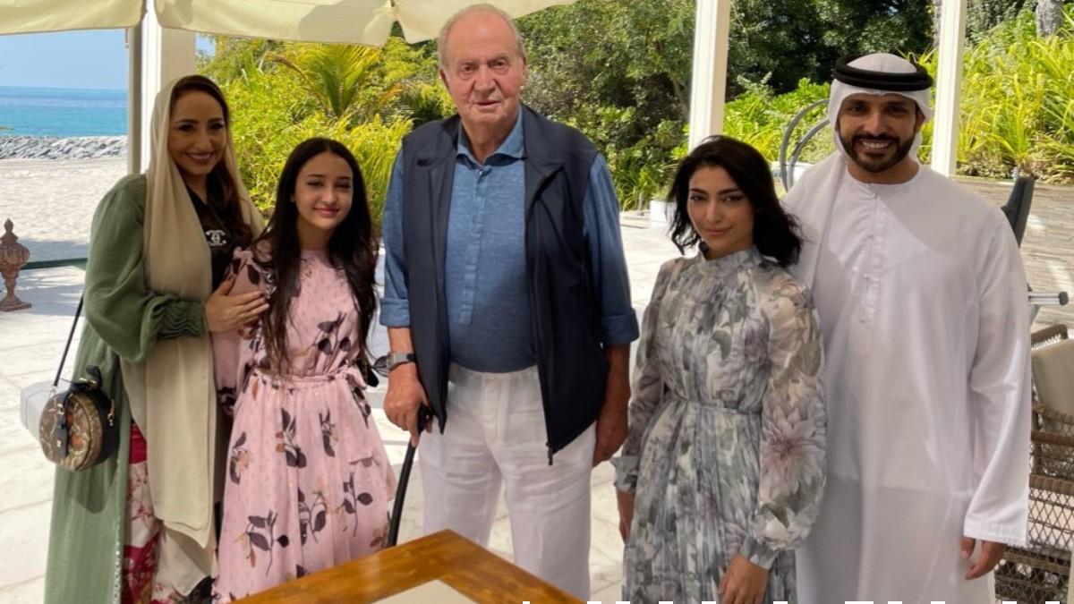 Juan Carlos I junto a la piloto Amna Al Qubaisi. (@Amna_Alqubaisii)