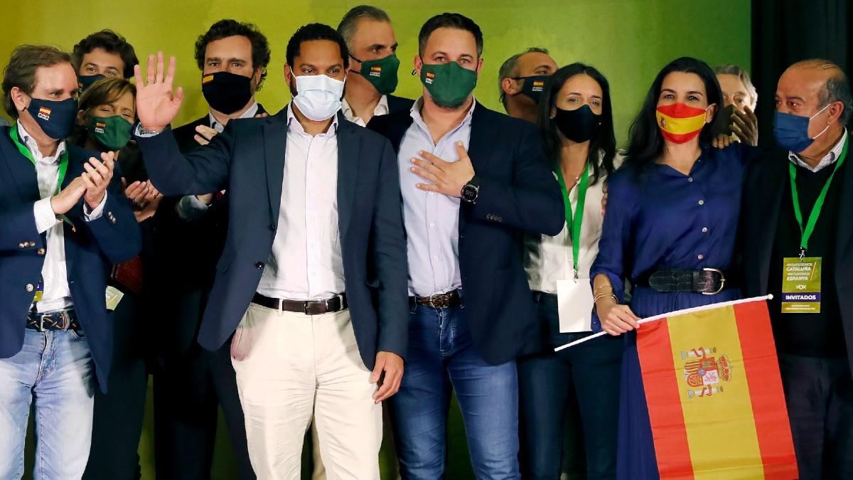 Ignacio Garriga (2i) acompañado por el presidente de Vox, Santiago Abascal (c), y Rocío Monasterio (2d), entre otros, en la noche electoral del 14-F. (Foto: Efe)
