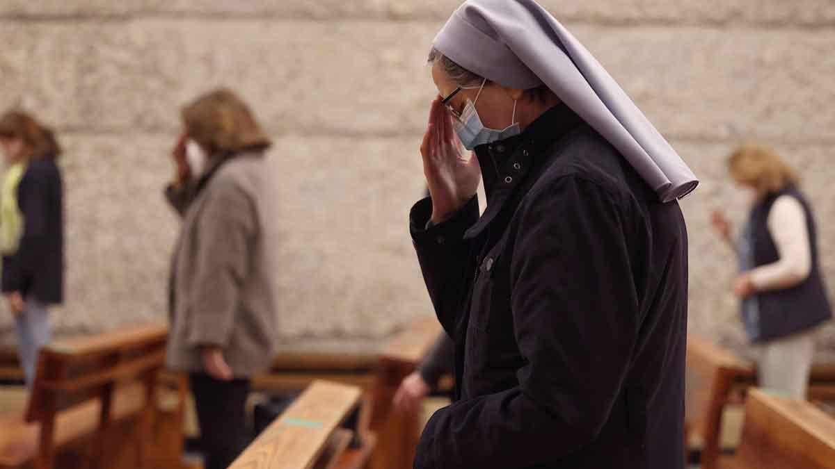 Una monja reza durante una misa. Foto: EP