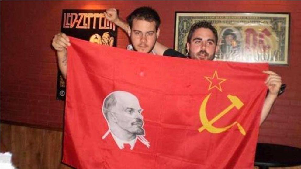 El rapero Pablo Hasél, a la izquierda, exhibiendo una bandera comunista con el rostro de Lenin.