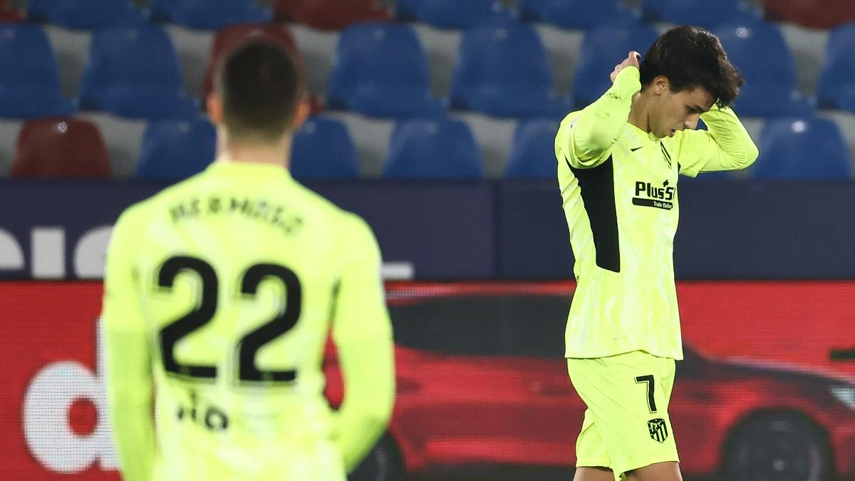 Joao Félix y Mario Hermoso, cabizbajos durante el Levante-Atlético. (AFP)