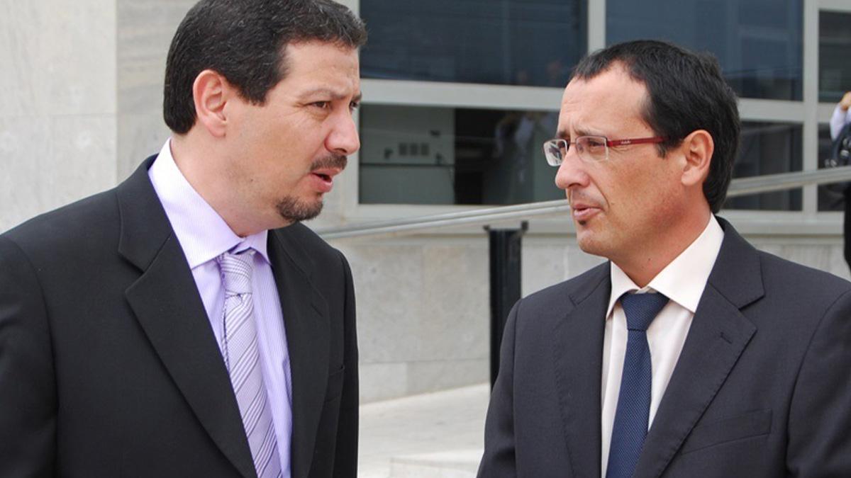 Mustafa Aberchán (i), presidente del CpM y Dionisio Muñoz, exlíder del PSOE en Melilla.