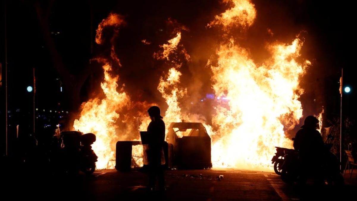 Disturbios en Barcelona durante la primera jornada de protestas por la detención del rapero Pablo Hasél.