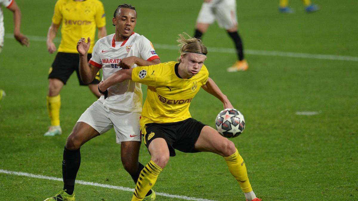 Erling Haaland disputa un balón con Koundé en el Sevilla-Borussia Dortmund. (AFP)