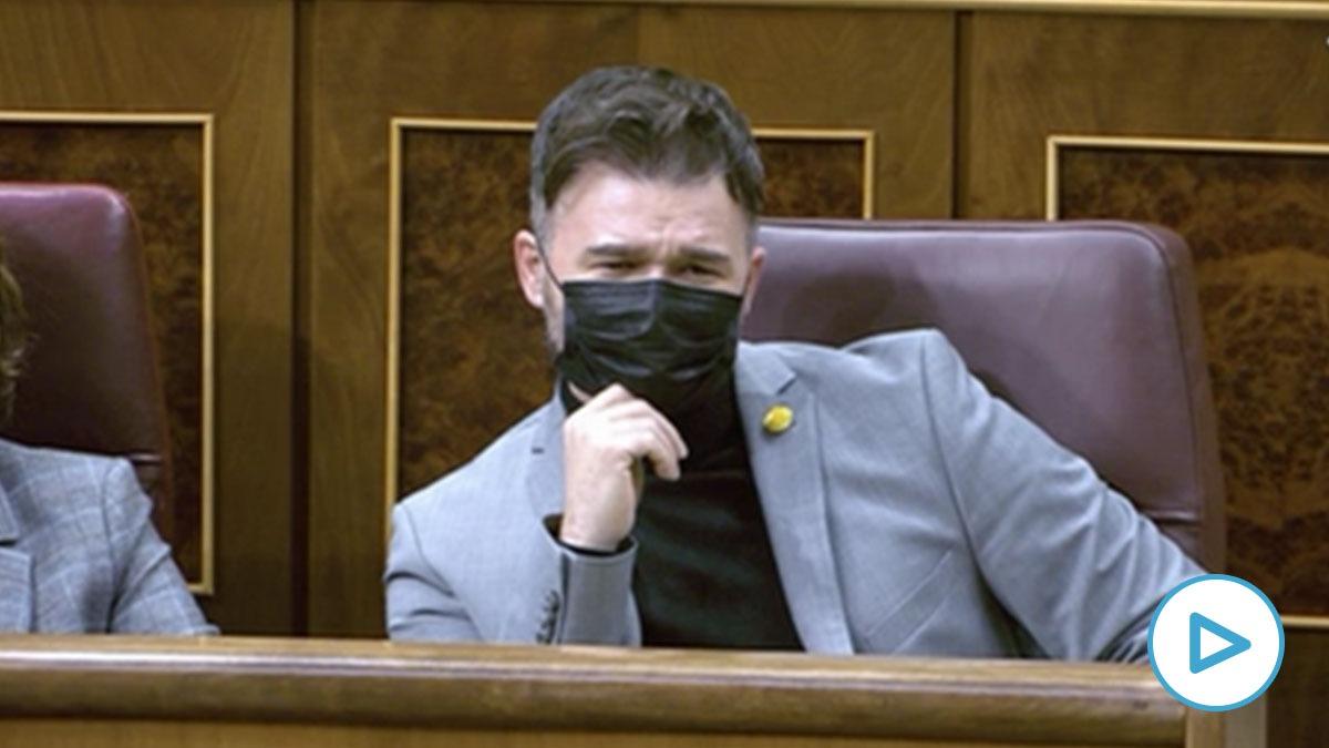 Gabriel Rufián escuchando al diputado de Vox Ortega Smith desde su escaño en el Congreso.