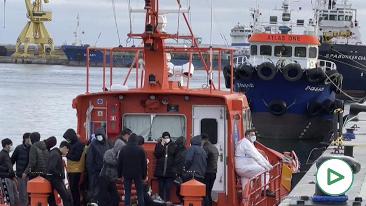 La patera, a su llegada al puerto de Ceuta.