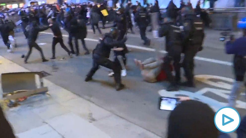 La Policía carga contra los violentos.