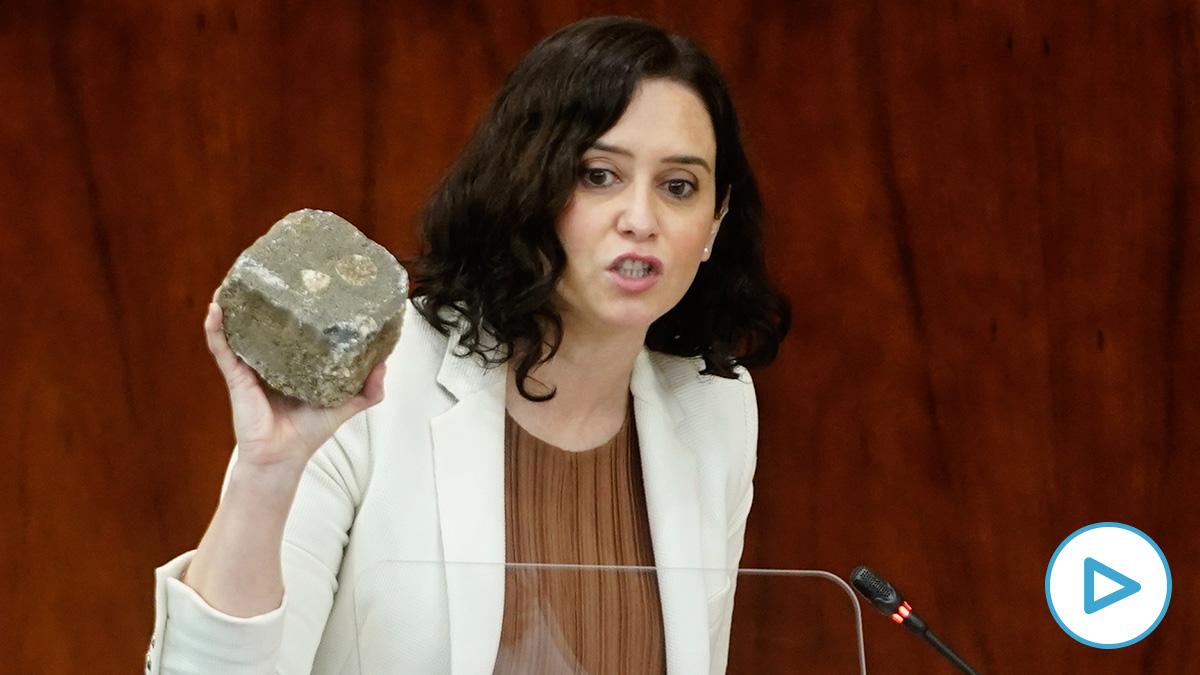Isabel Díaz Ayuso muestra un adoquín arrojado a la Policía: «Esto es lo que ustedes no condenan».