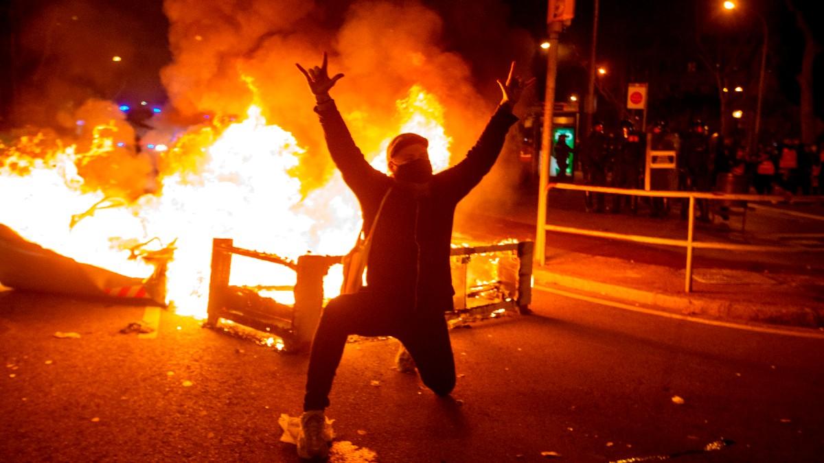 Un manifestante en una manifestación de protesta por la detención de Pablo Hasel. (Foto: Efe)