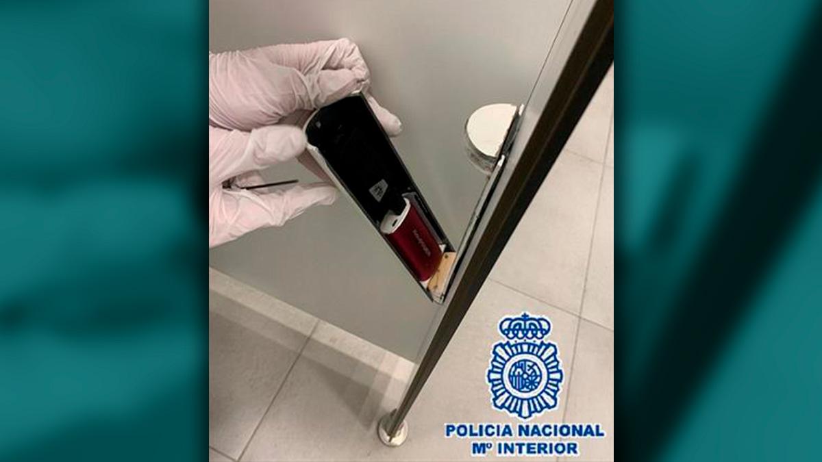 Dos detenidos en Málaga por emplear cámaras ocultas en baños públicos para grabar imágenes íntimas.
