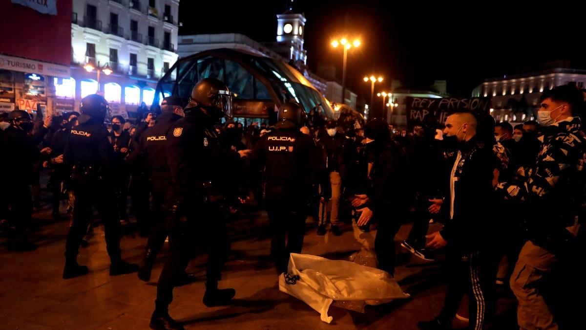 Manifestantes se enfrentan a los agentes de la policía antidisturbios durante una marcha por la detención del rapero Pablo Hasel, condenado por delitos de enaltecimiento del terrorismo e injurias a la Corona. (Foto: Efe)