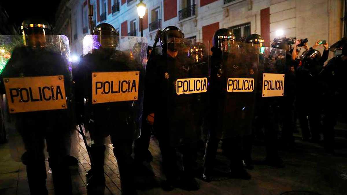 Agentes de la policía antidisturbios intervienen durante una manifestación por la detención del rapero Pablo Hasel, que ingresó en prisión para cumplir condena por diversos delitos. Foto: EFE