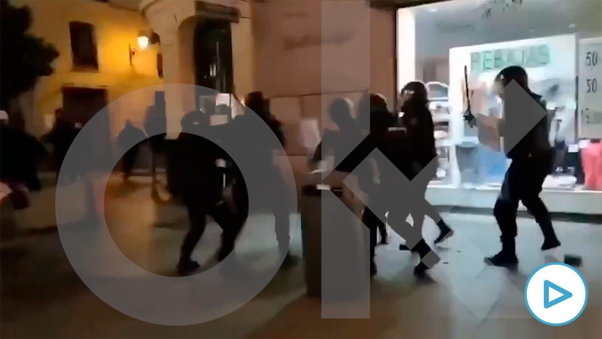 Uno de los agentes emboscados y apaleados en Madrid por las protestas contra el encarcelamiento de Hasél es una mujer policía.