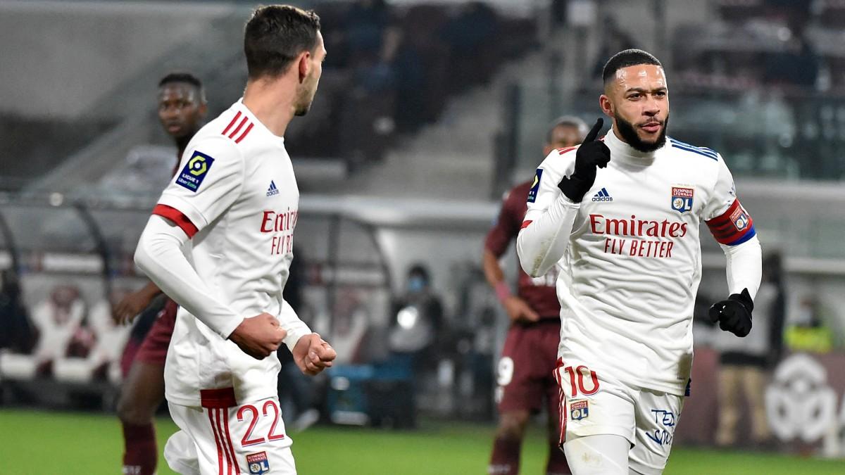 Depay celebra un gol con el Lyon. (AFP)