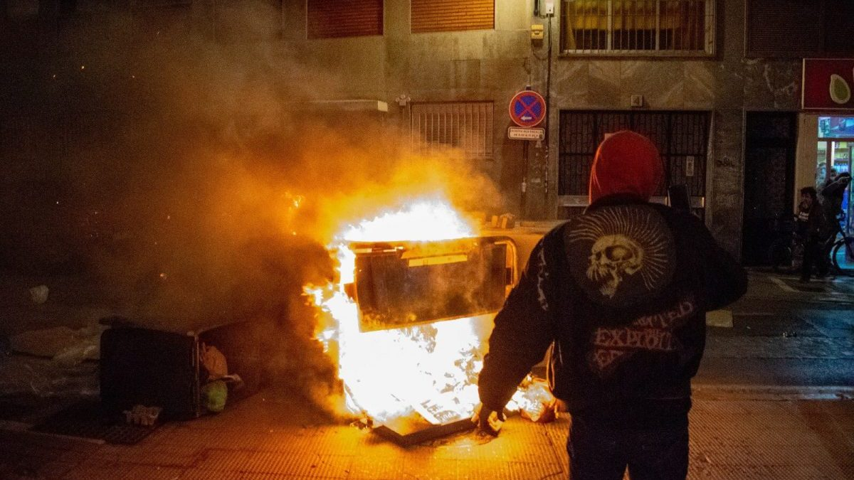 Un contenedor ardiendo durante los disturbios en Granada. (Imagen de archivo)