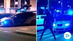TVE manipula unas imágenes para acusar a la Policía de arrollar a un manifestante con el coche patrulla. (Vídeo: 'Las cosas claras' de TVE y 'Las noticias de la mañana' de Antena 3)