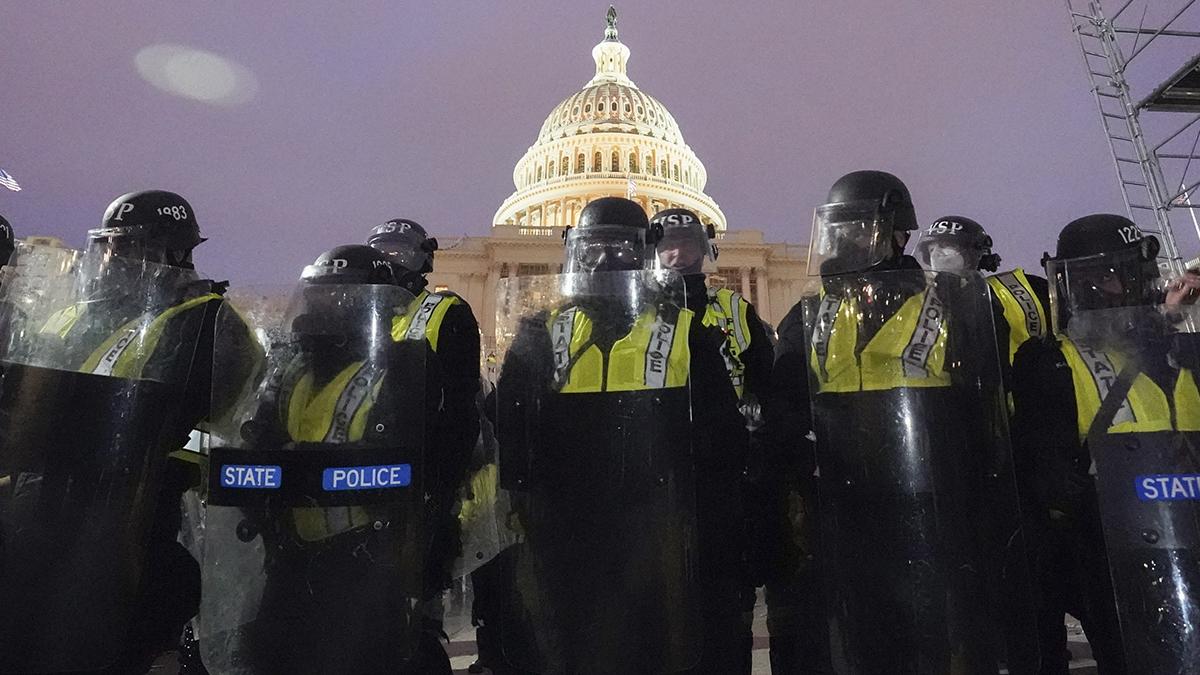 Policías apostados en el exterior del Capitolio el pasado 6 de enero.