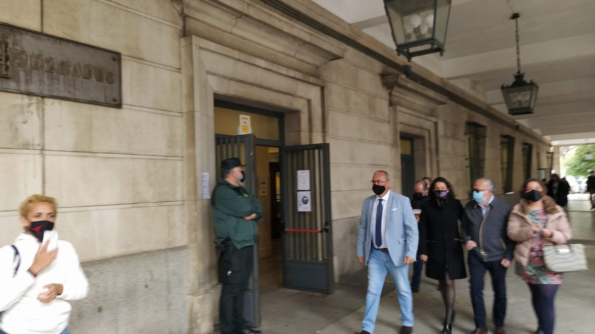 El alcalde socialista Fernando Zamora entrando al juzgado.