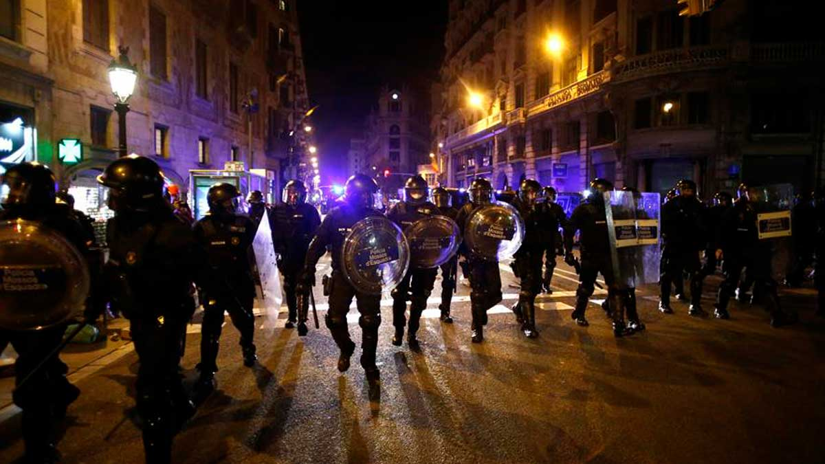 Manifestación violenta en apoyo de Pablo Hasél en Barcelona. Foto: EFE