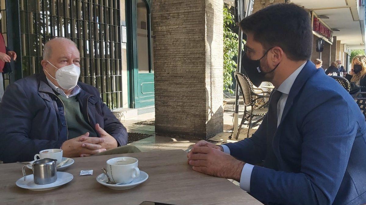 El expresidente del Banco de Alimentos de Sevilla, Juan Pedro Álvarez Giménez, conversando con Beltrán Pérez (PP).