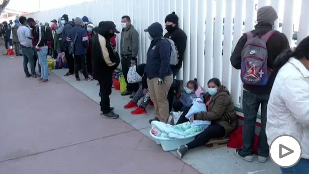 Inmigrantes hacen cola en la frontera con EEUU