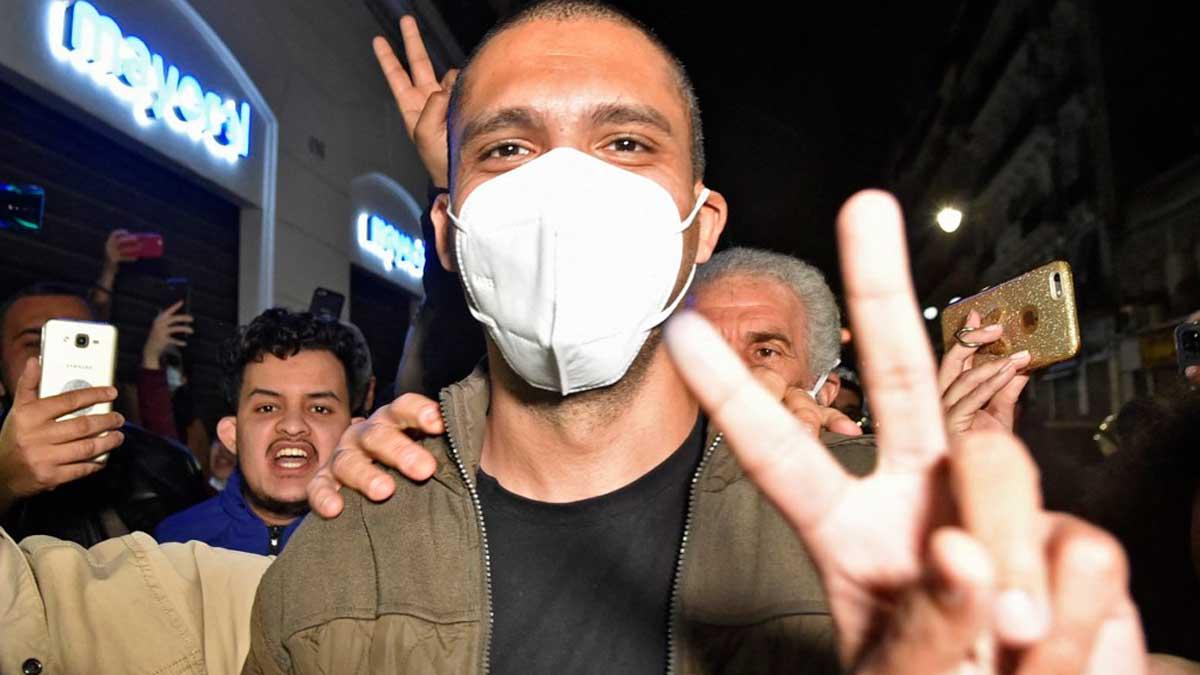 El periodista Khaled Drareni, que se ha convertido en un símbolo de la lucha por la libertad de prensa en Argelia, tras su liberación. Foto: AFP